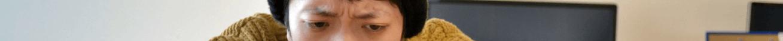 眉間にシワを寄せているバンビ1(目線のみ)