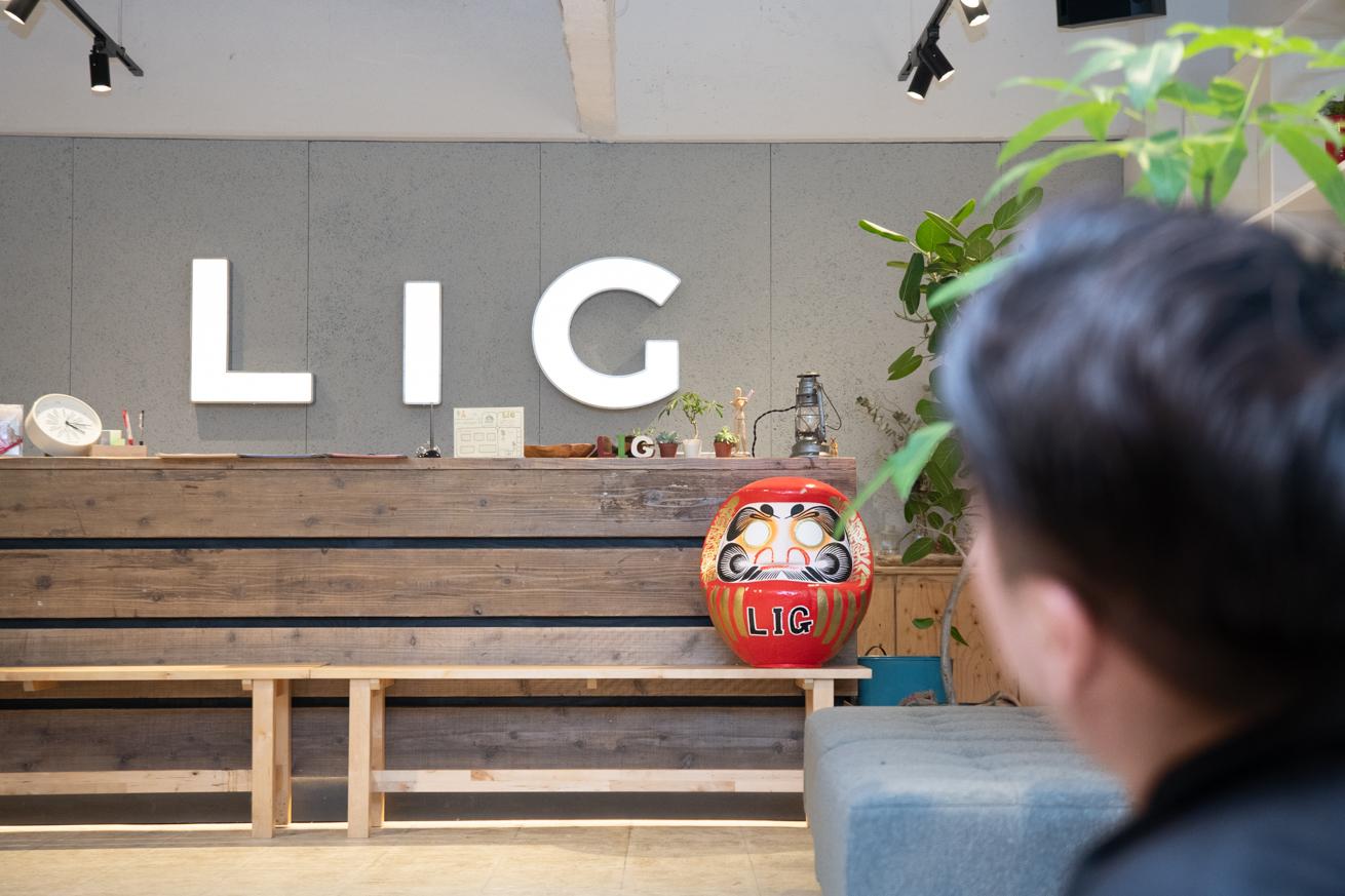 LIGのロゴを見上げる幕末志士