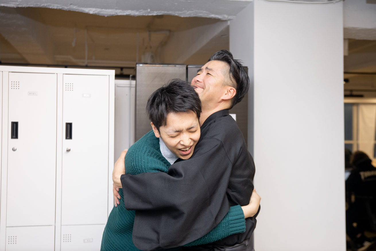 抱き合う龍馬と社員A