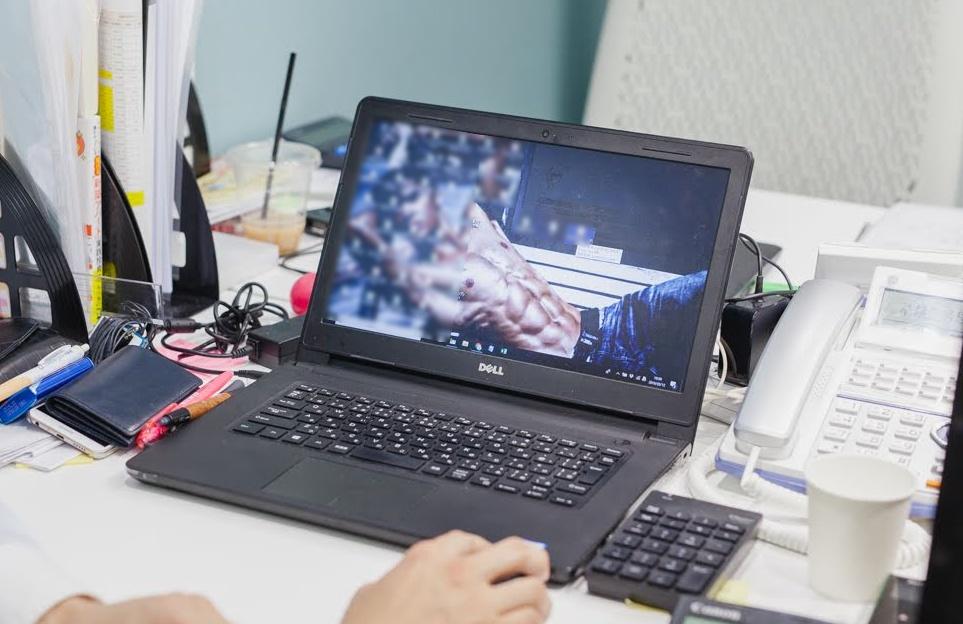 デスクトップに設定されていたのはマッチョの男性