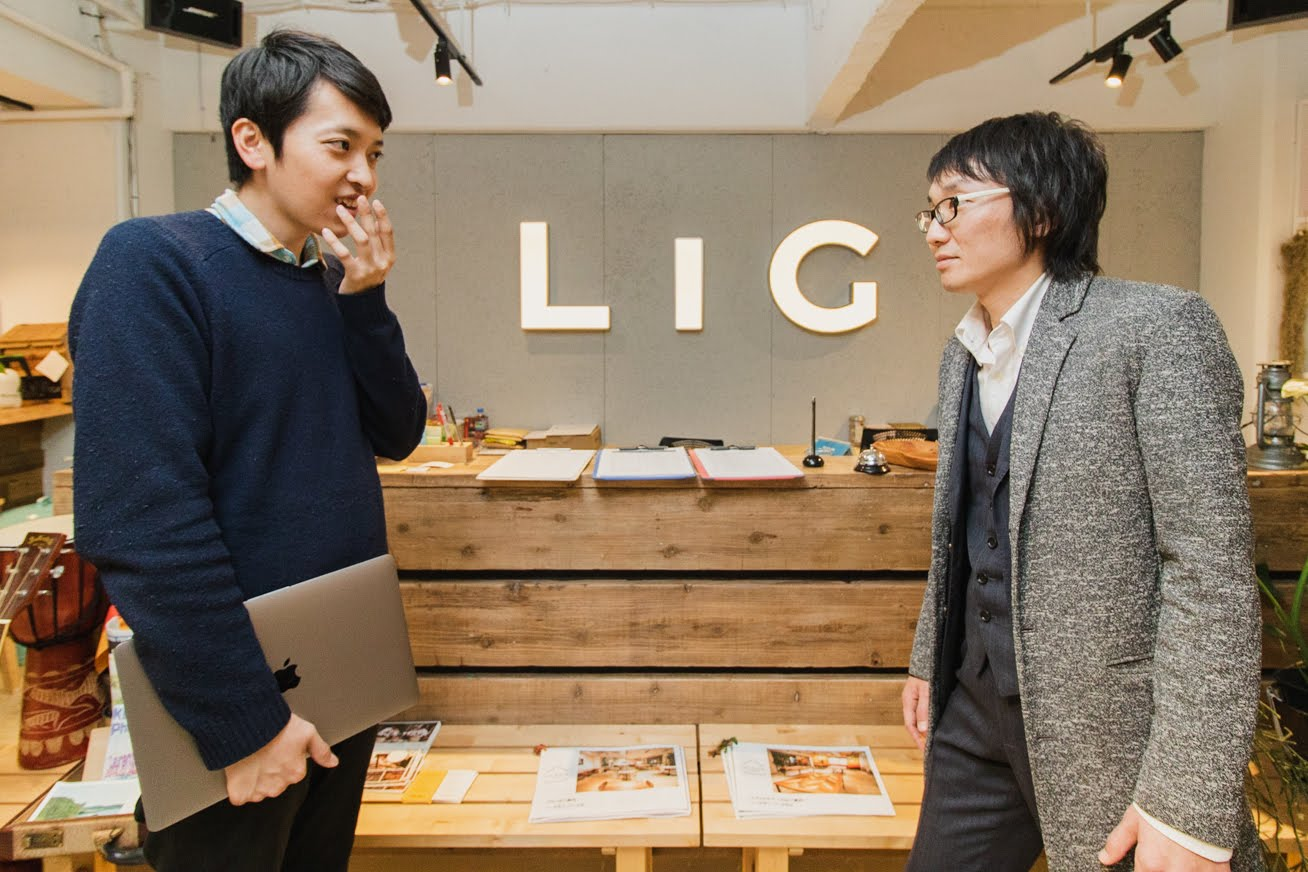 LIGの入り口で見つめ合うバンビと八木さん
