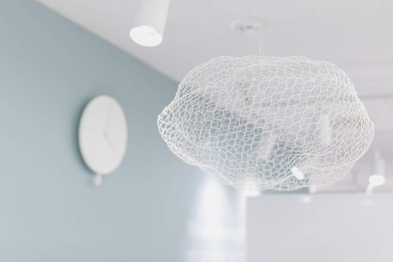 オフィスの天井からぶら下がる雲のオブジェ