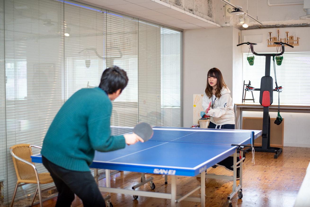 卓球台を挟みラリーをするバンビと川後田さん