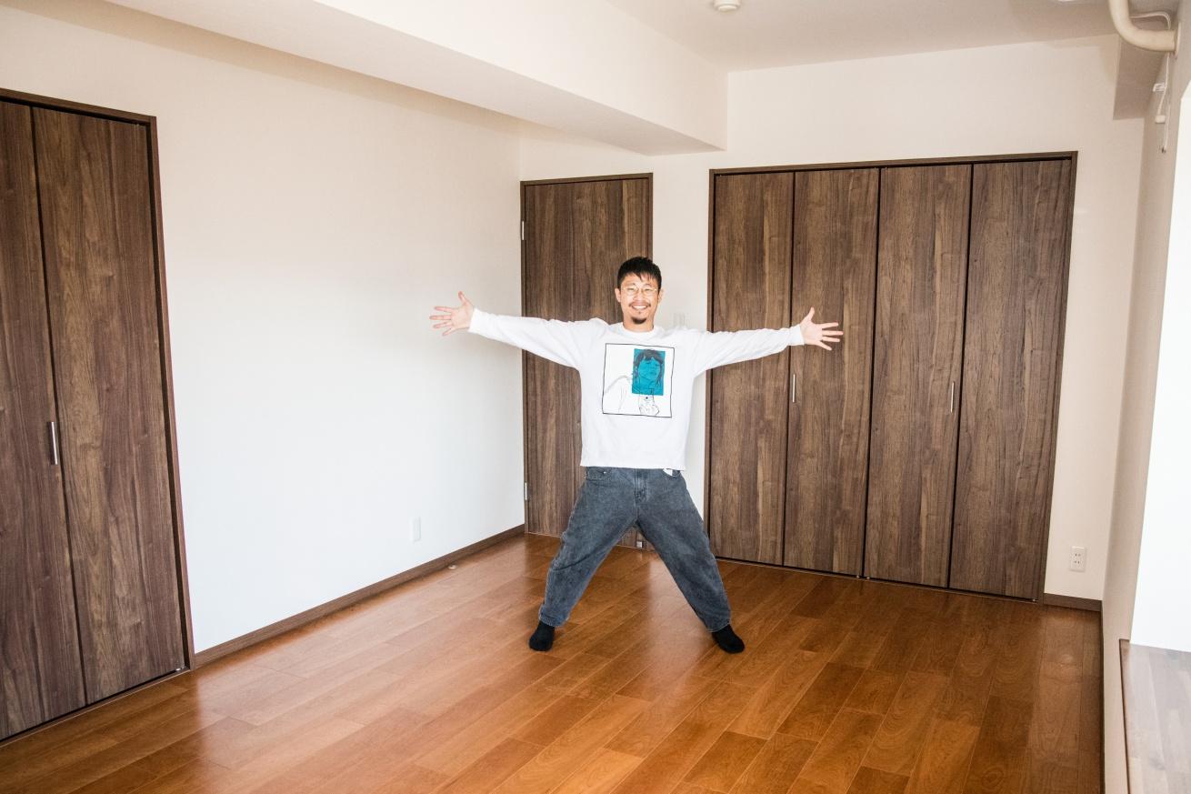 完成前の部屋で両手を広げるあきと
