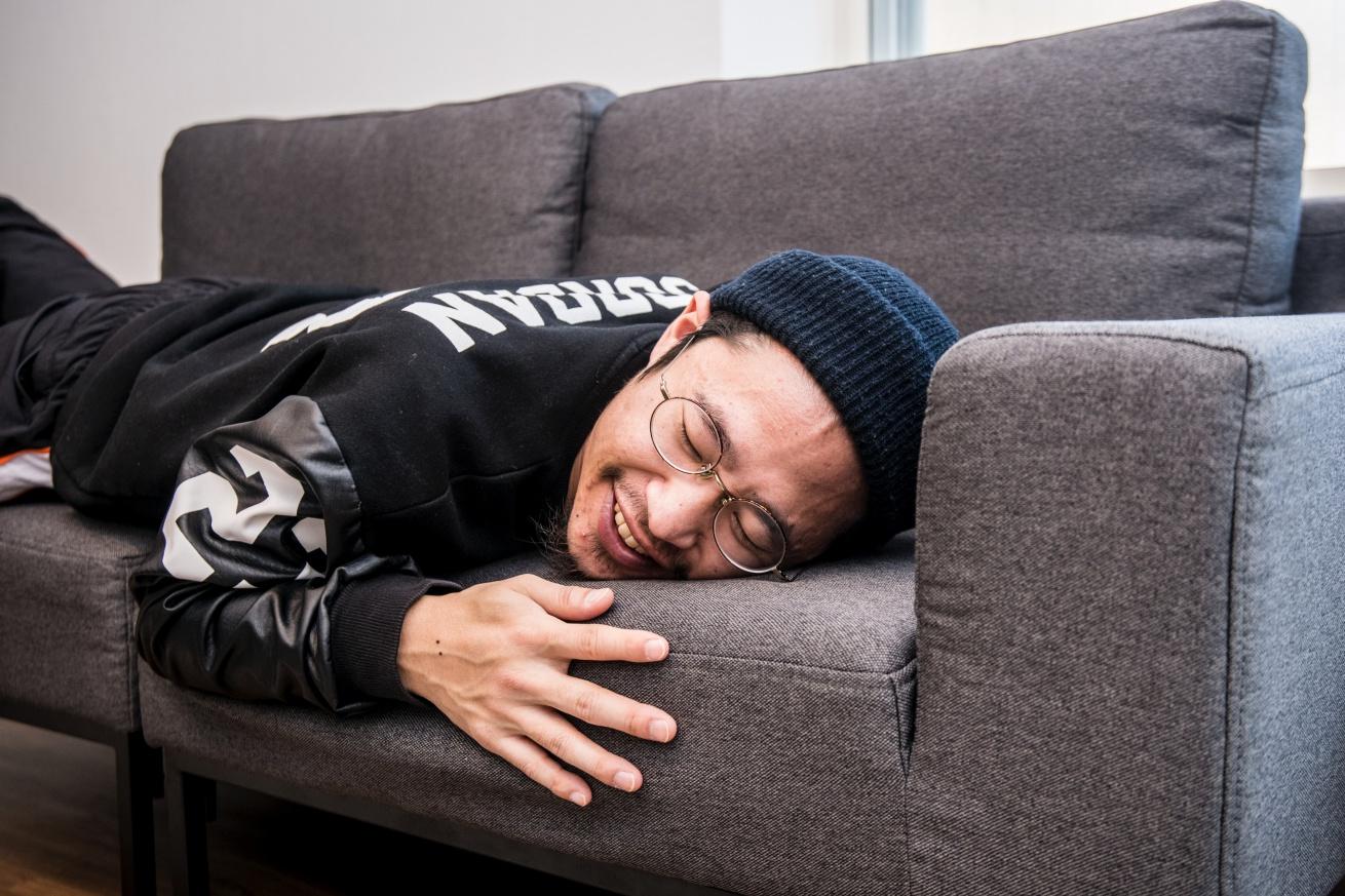 ソファにに笑顔で寝ているあきと