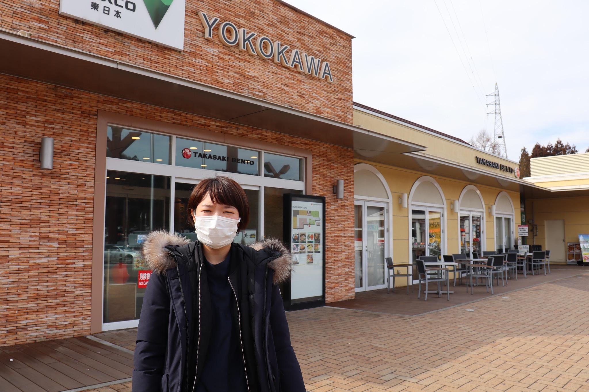 横川サービスエリアに佇む女性