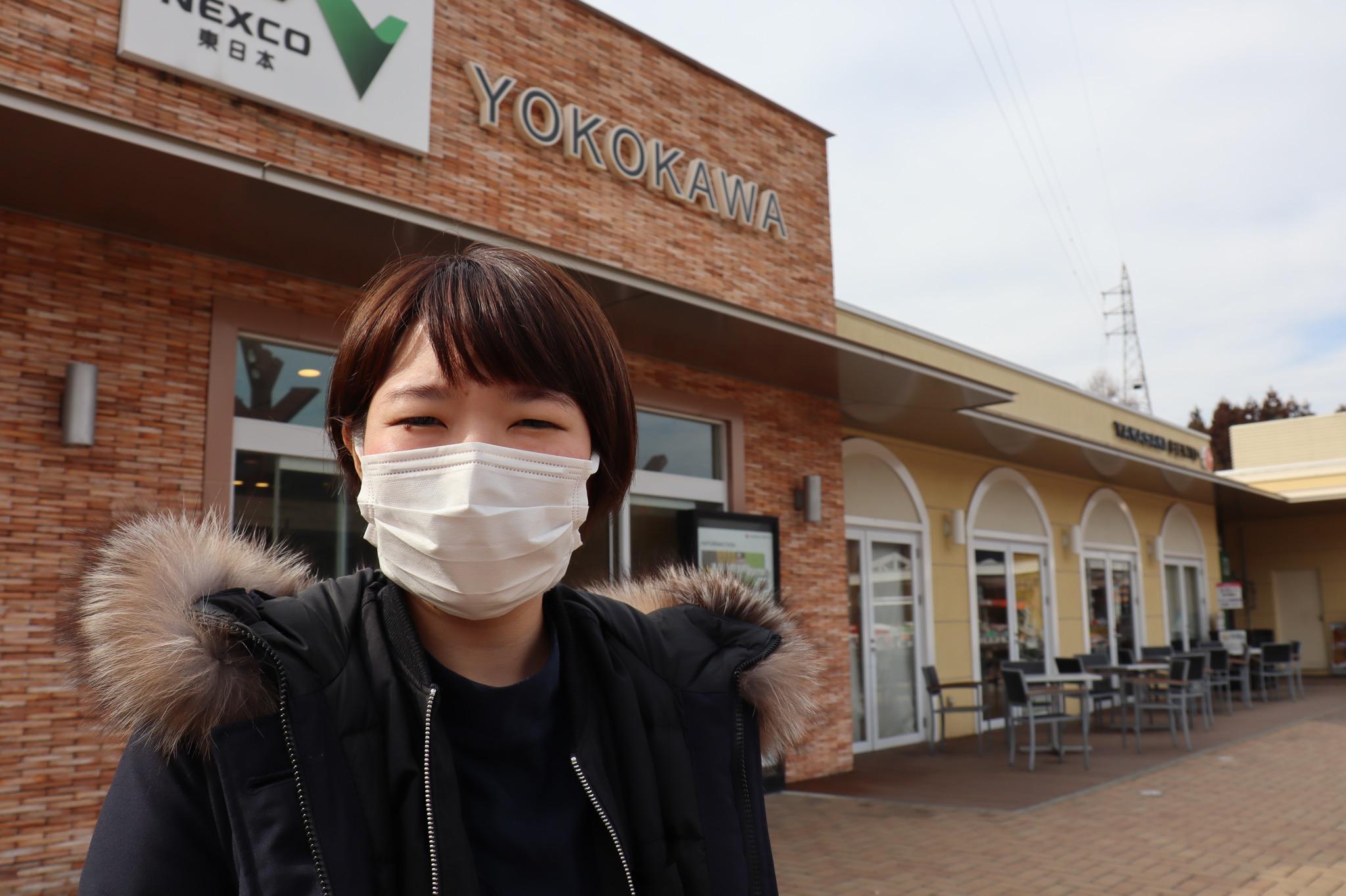 横川SAで寒そうな女性