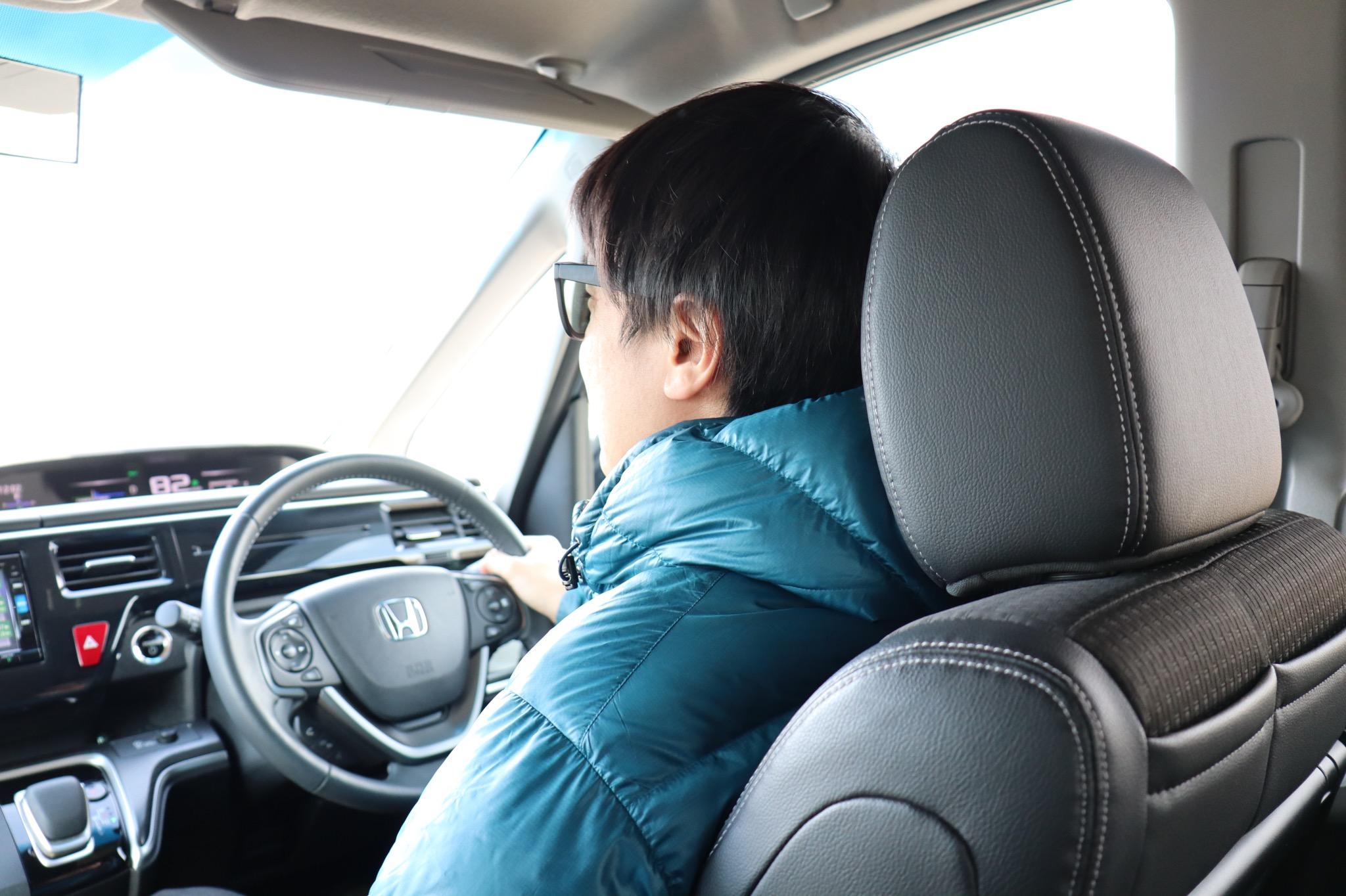 運転する中国富裕層のおばさん