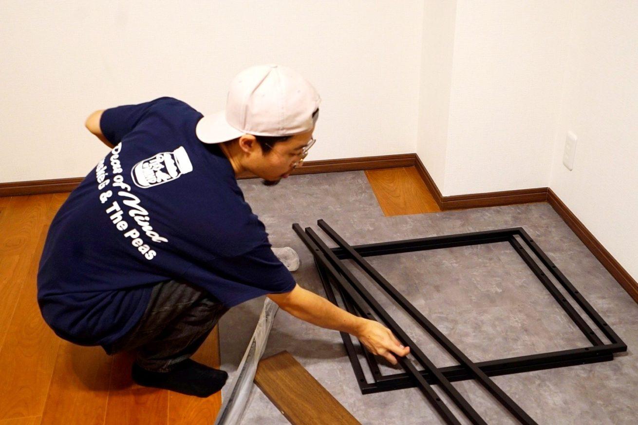 床材を設置するあきと