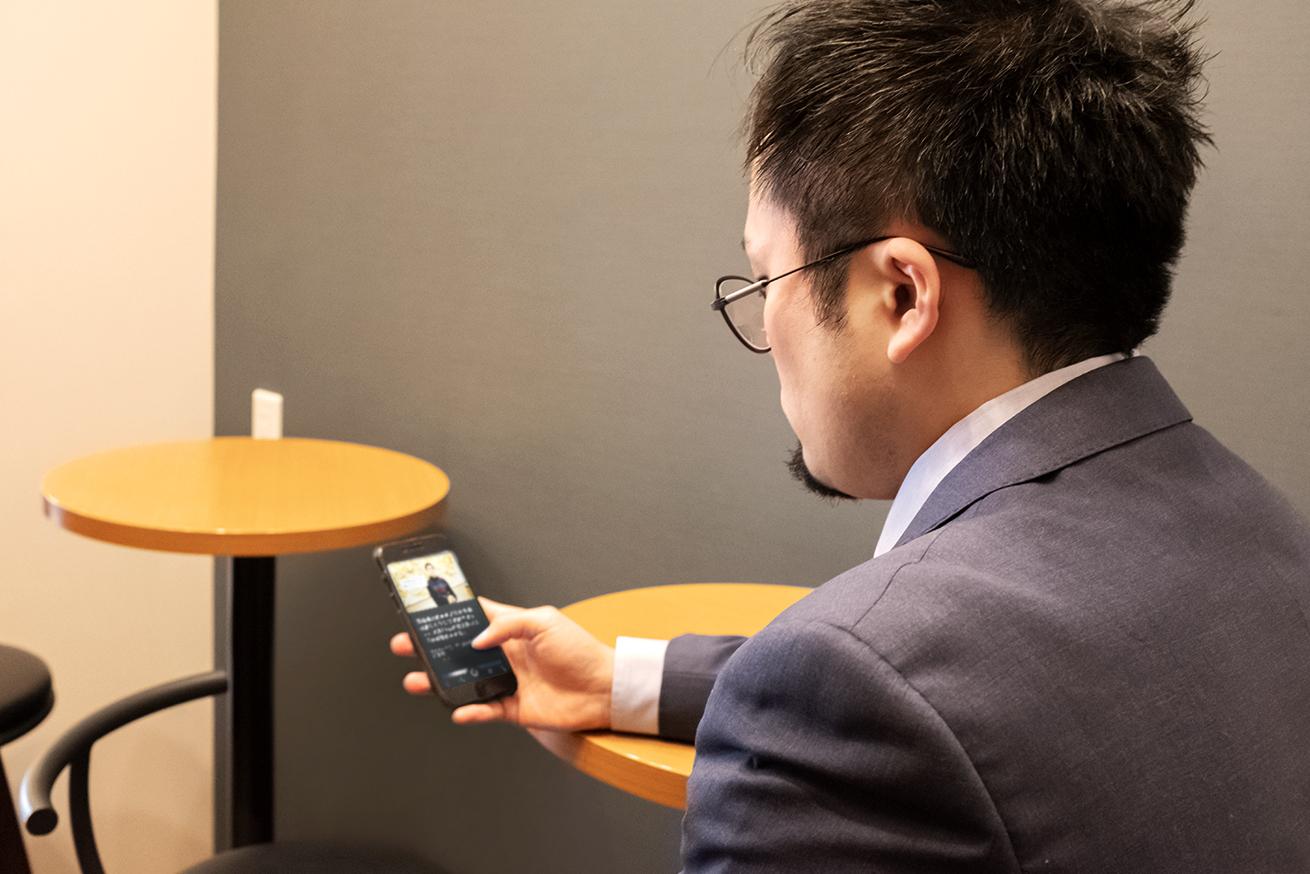 カフェで転職活動をする男性