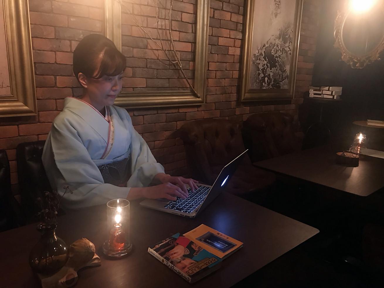 御徒町の隠れ家バーで仕事をする着物姿の編集者