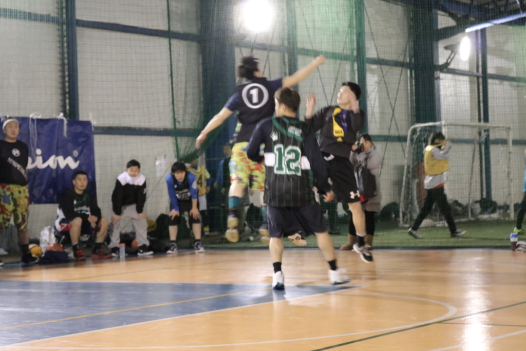 ピンぼけしているバスケ試合の写真
