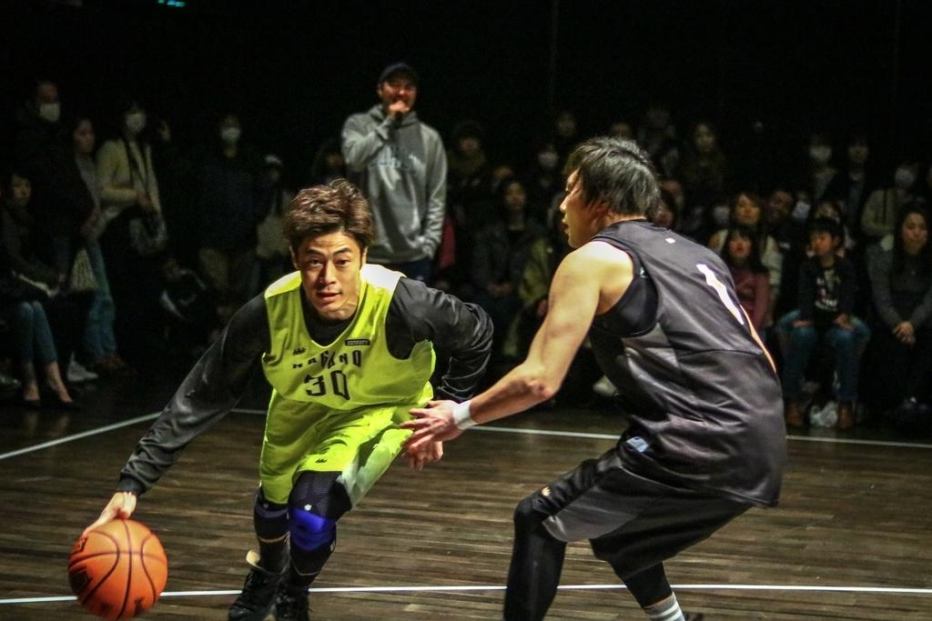 躍動感あふれるドリブルをするバスケ選手