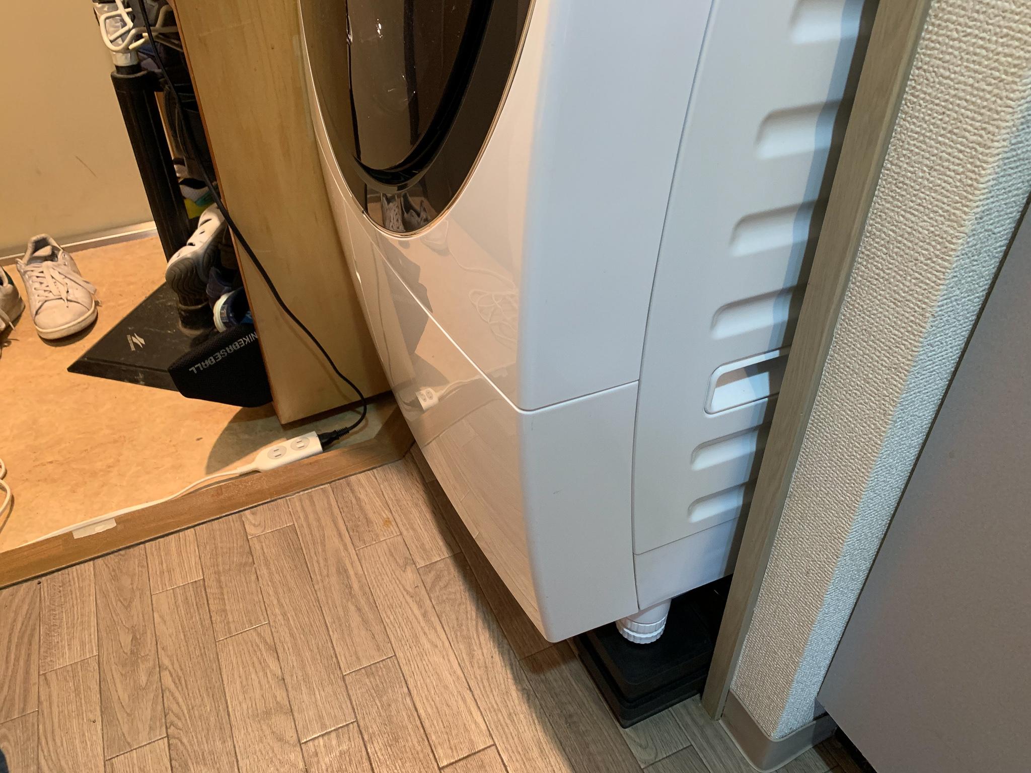 洗濯機置きスペースからはみ出ているドラム式洗濯機