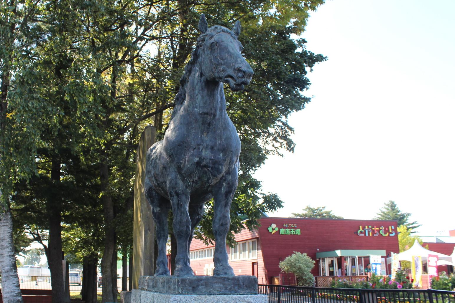帯広のばんえい競馬場前の馬の像