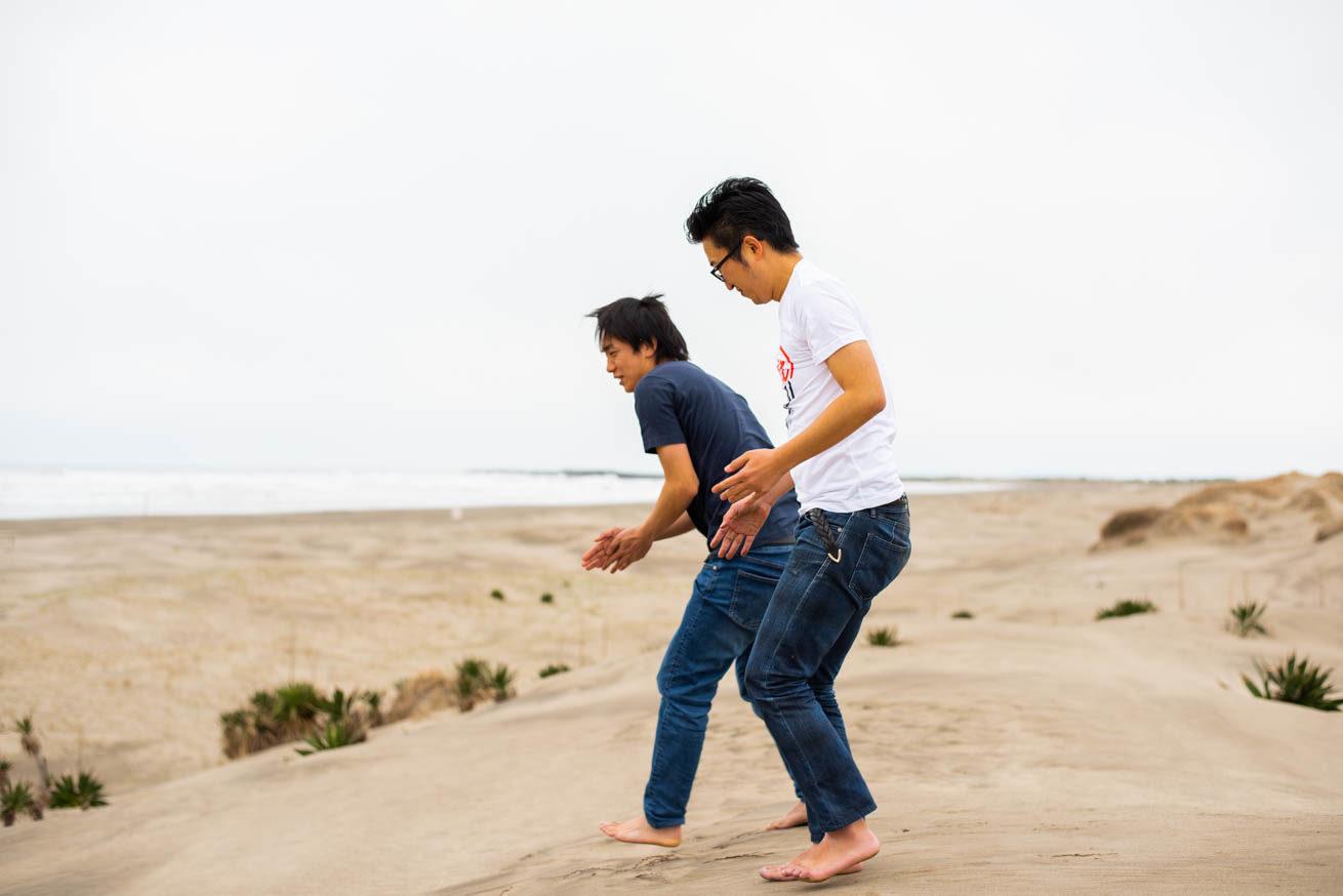 砂浜で二人が楽しんでいる