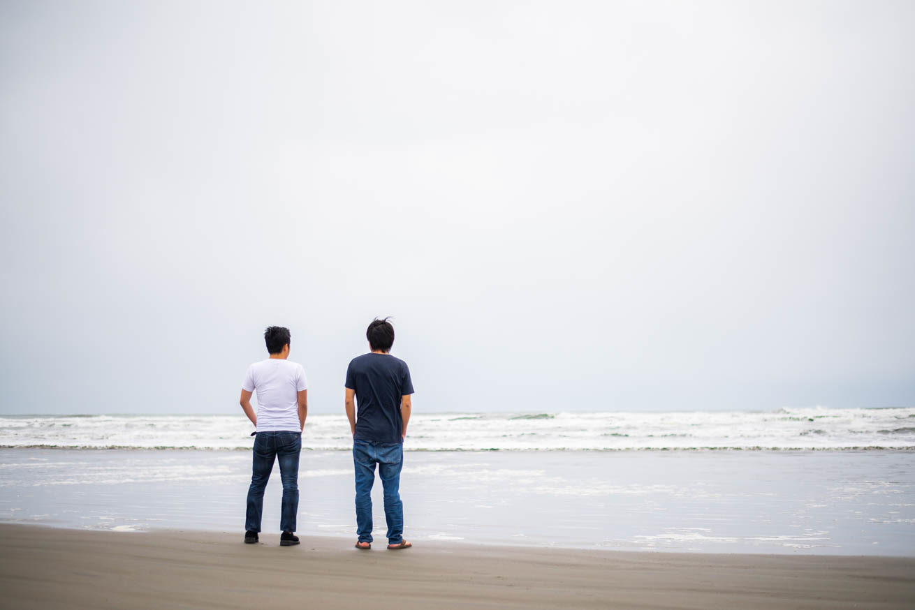 海背景の二人の後ろ姿
