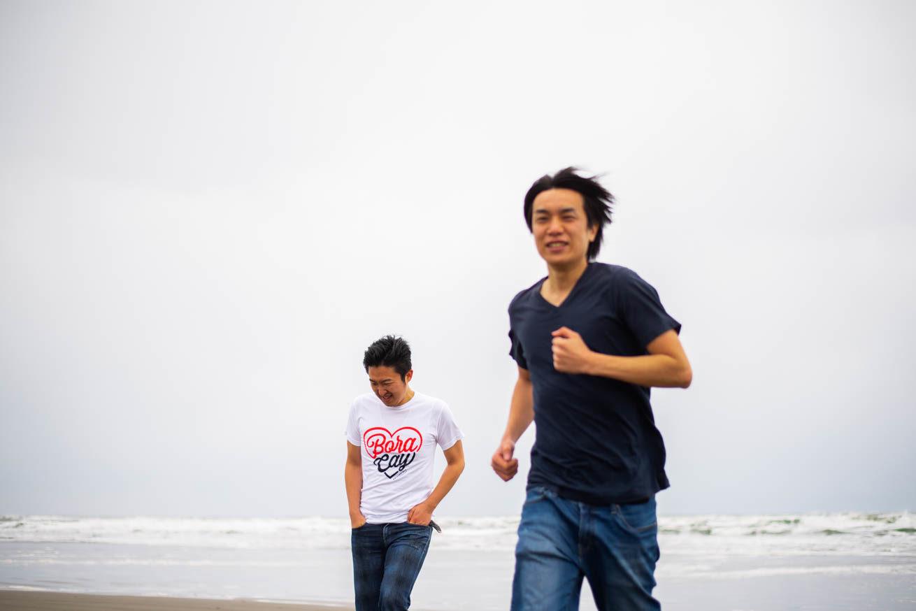 海から走ってくる二人
