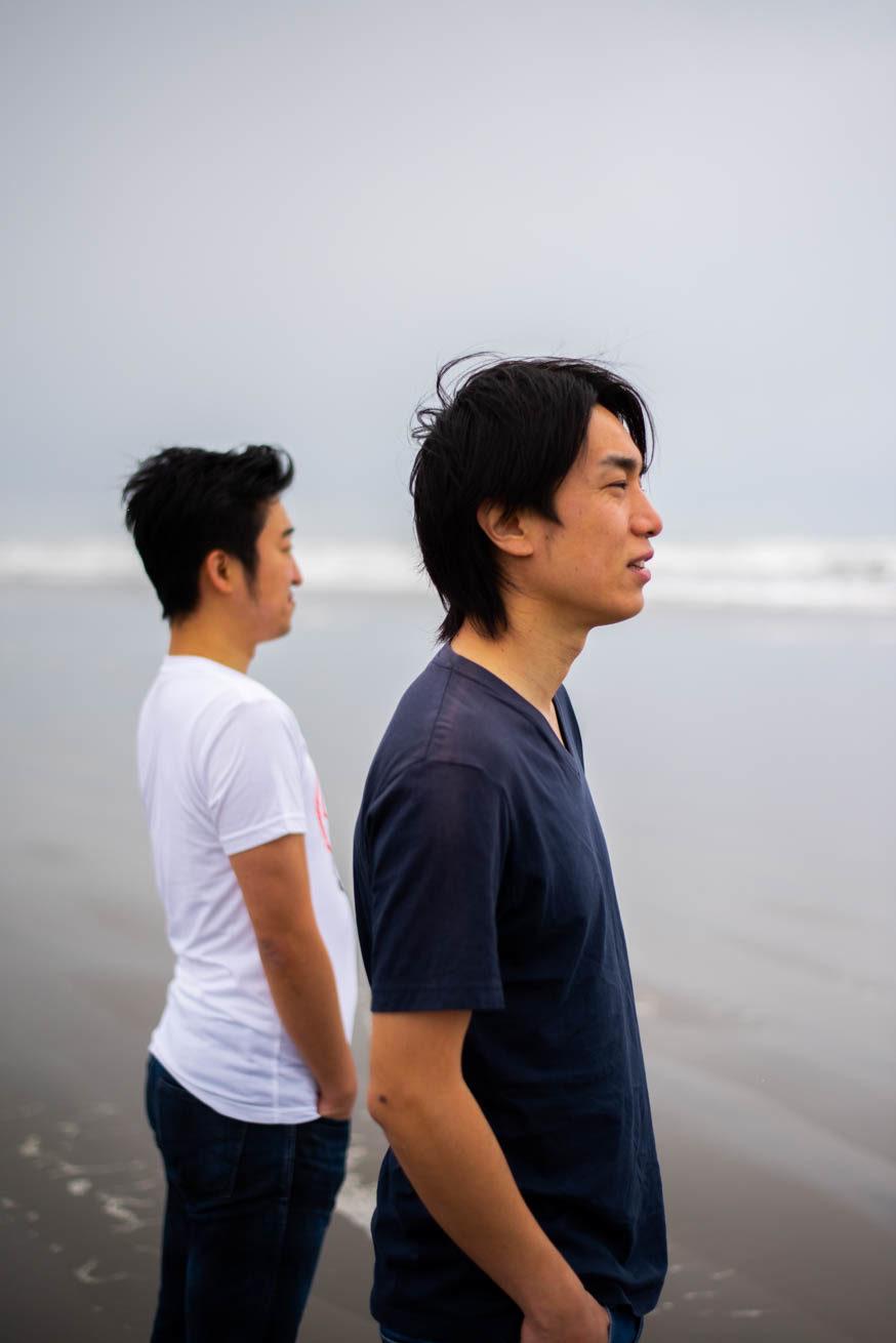海を見ている二人