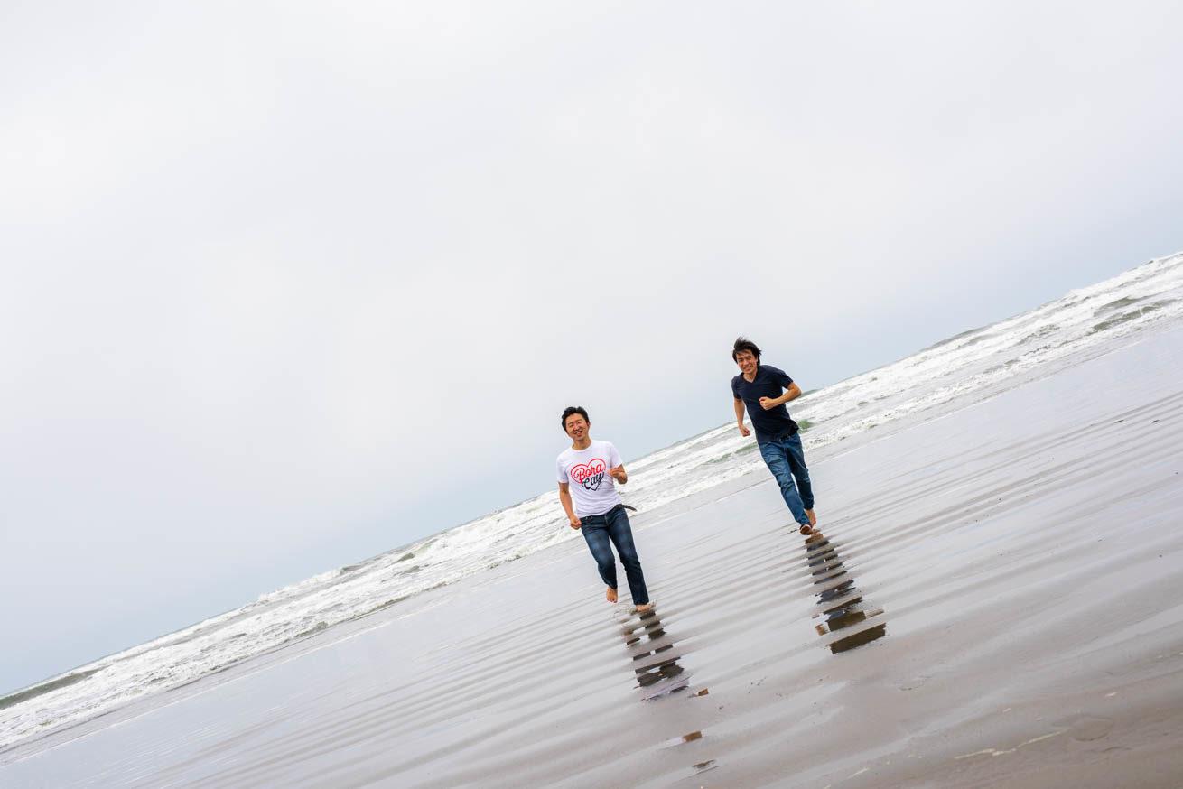 海から走ってくる二人(遠目)