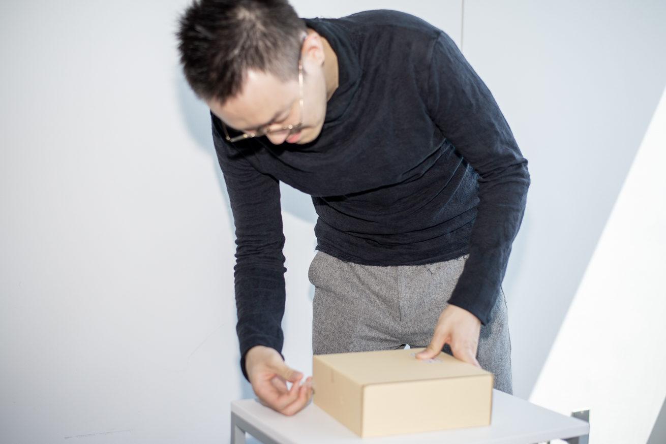 一位の箱に手を伸ばす観音