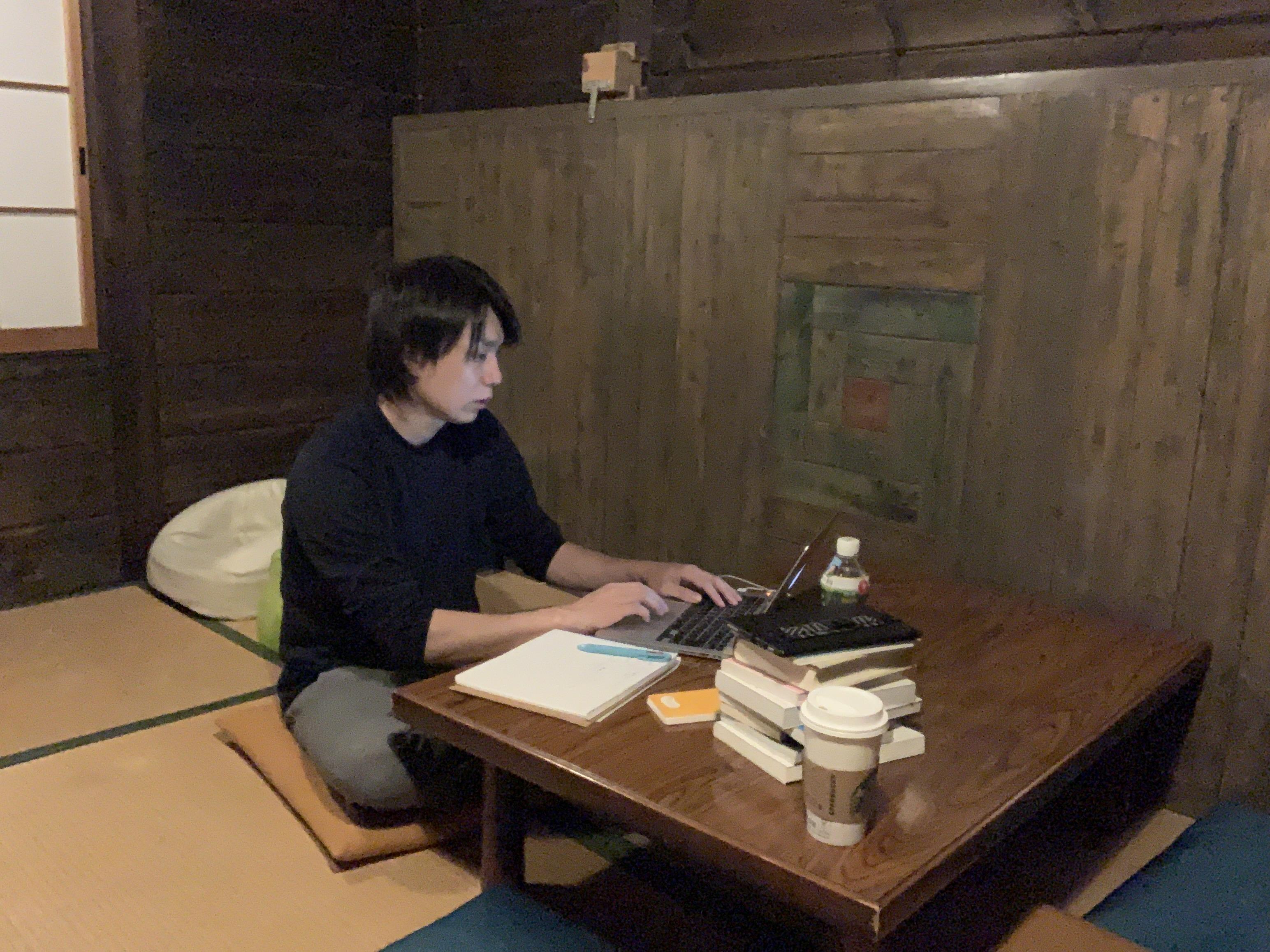 LAMP野尻湖で原稿を書くケイ
