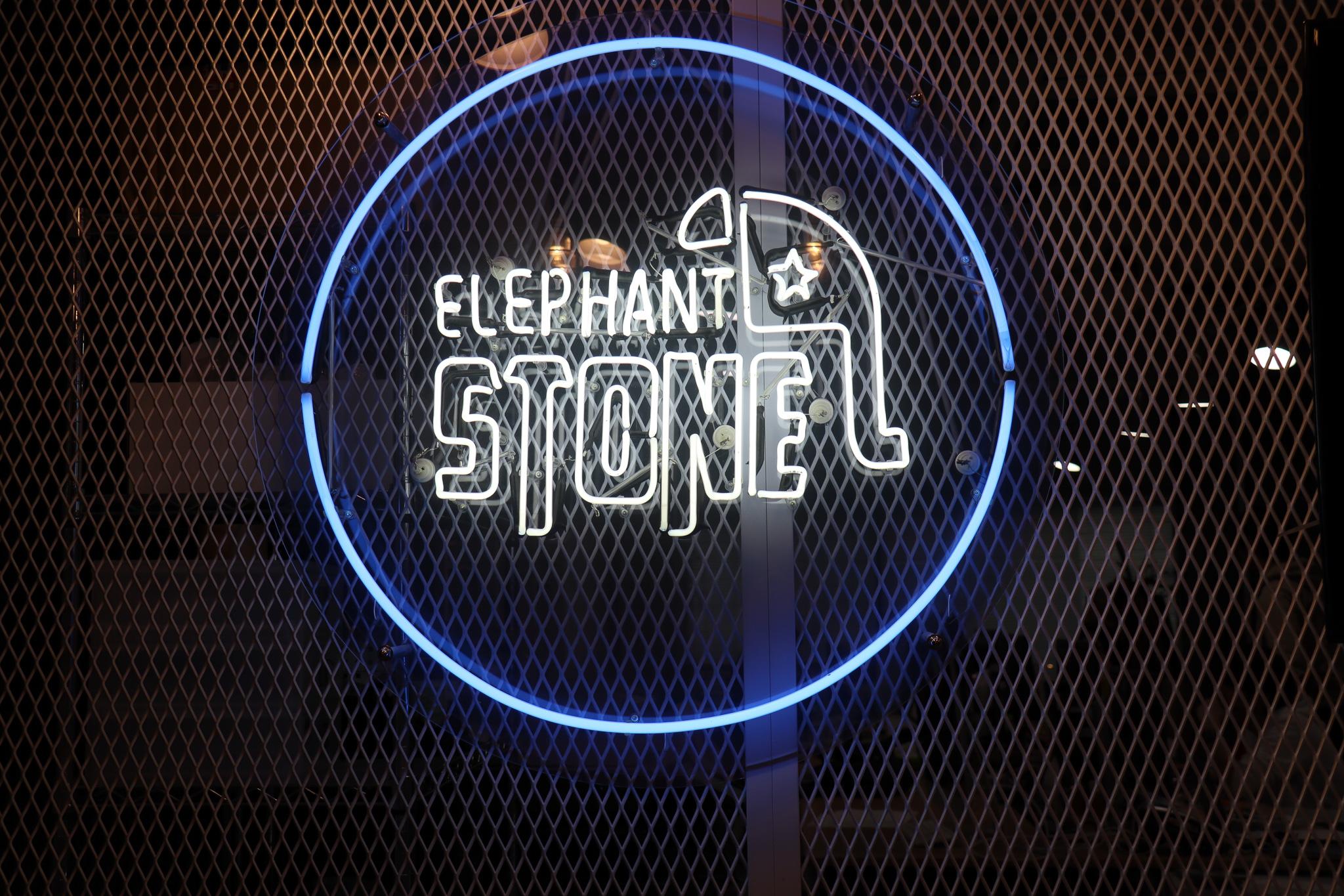 エレファントストーン社内にあるネオン管の会社ロゴ