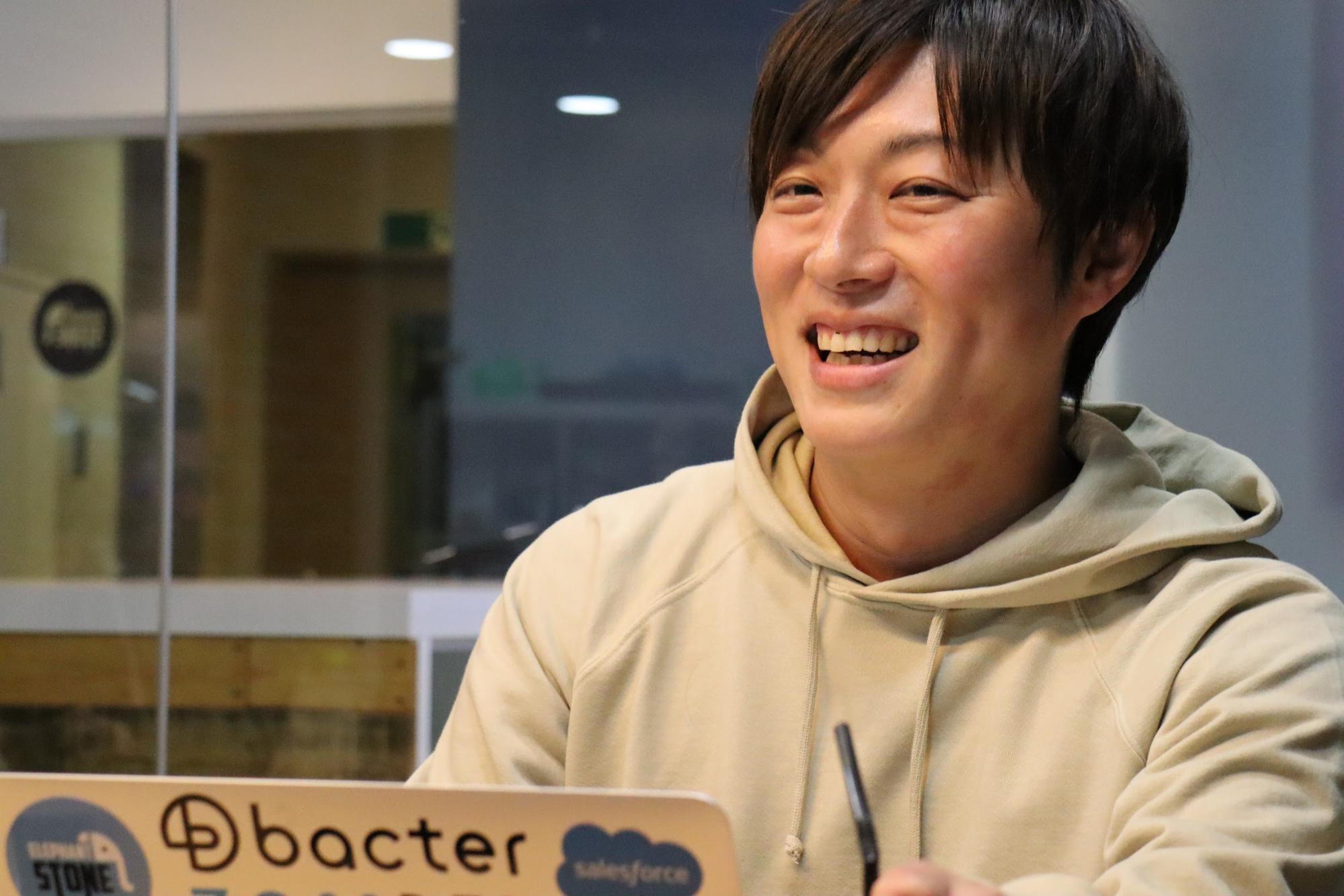 インタビューに答えるエレファントストーン代表の鶴目和孝さん