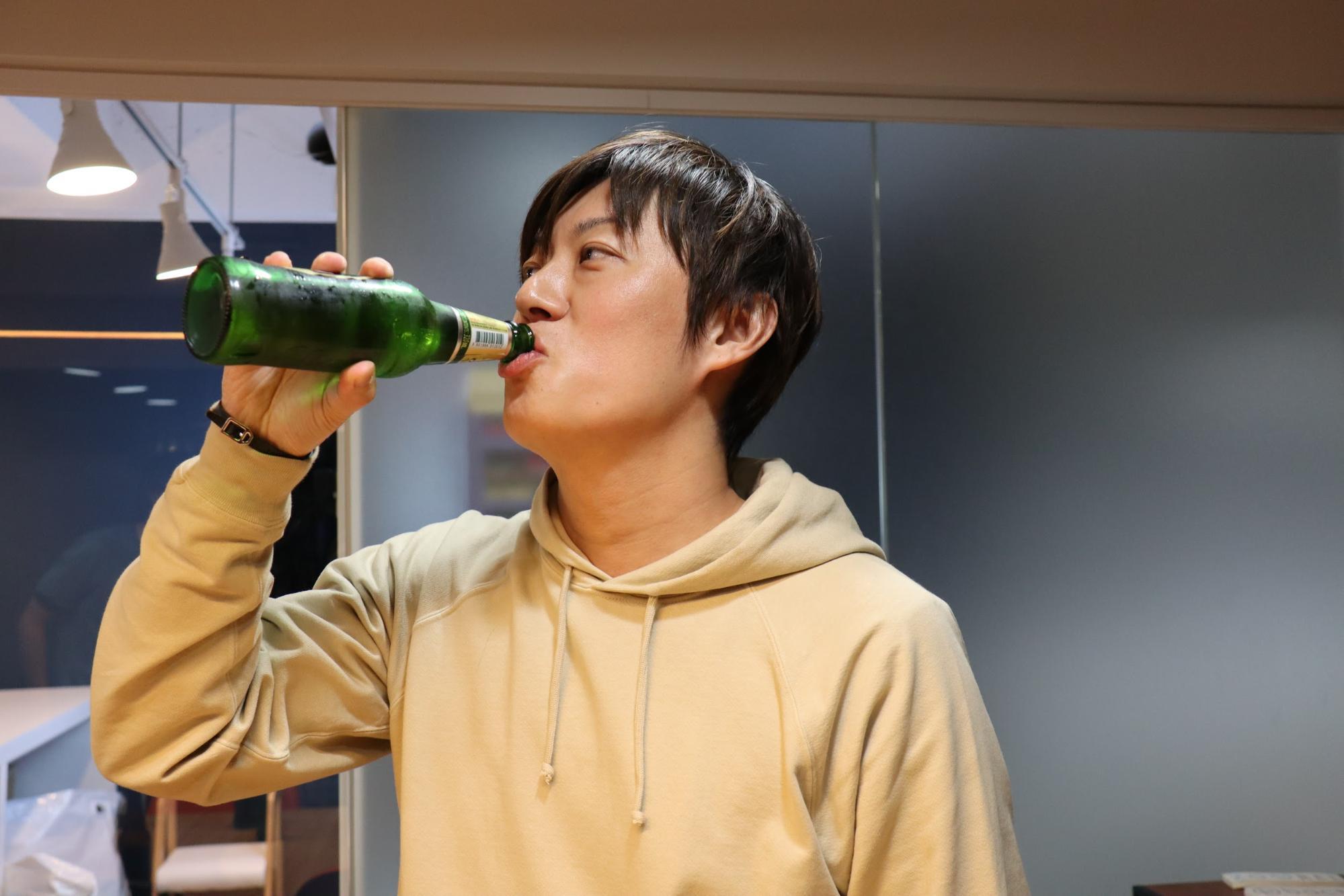鶴目さんも飲む飲む