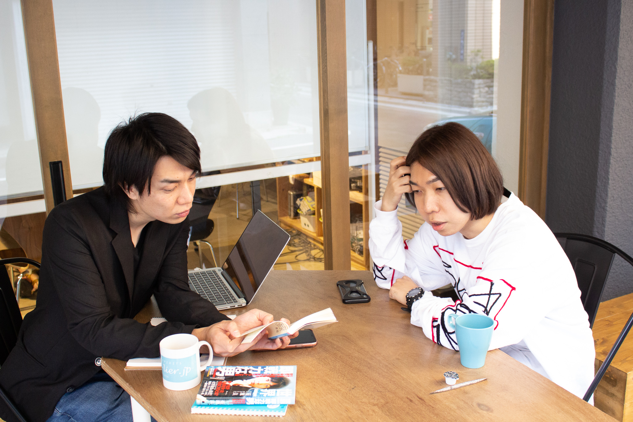 本を見ながら話す菊池さんとケイ
