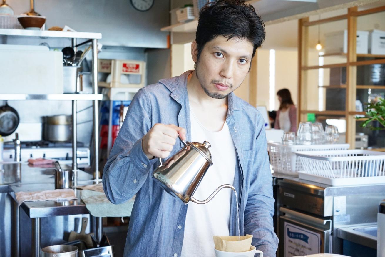 コーヒーを注ぐ紳さん