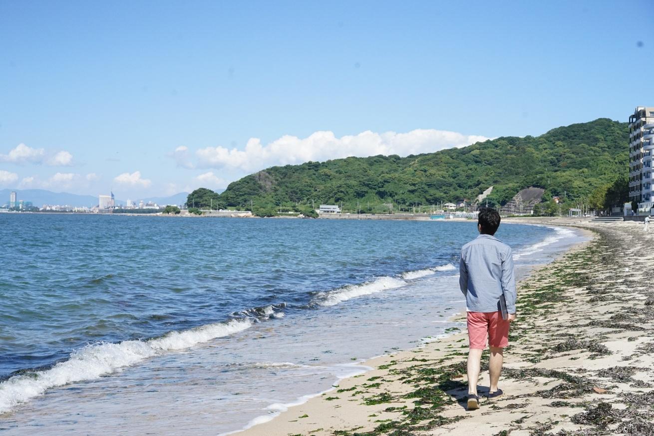 海沿いを歩く紳さん