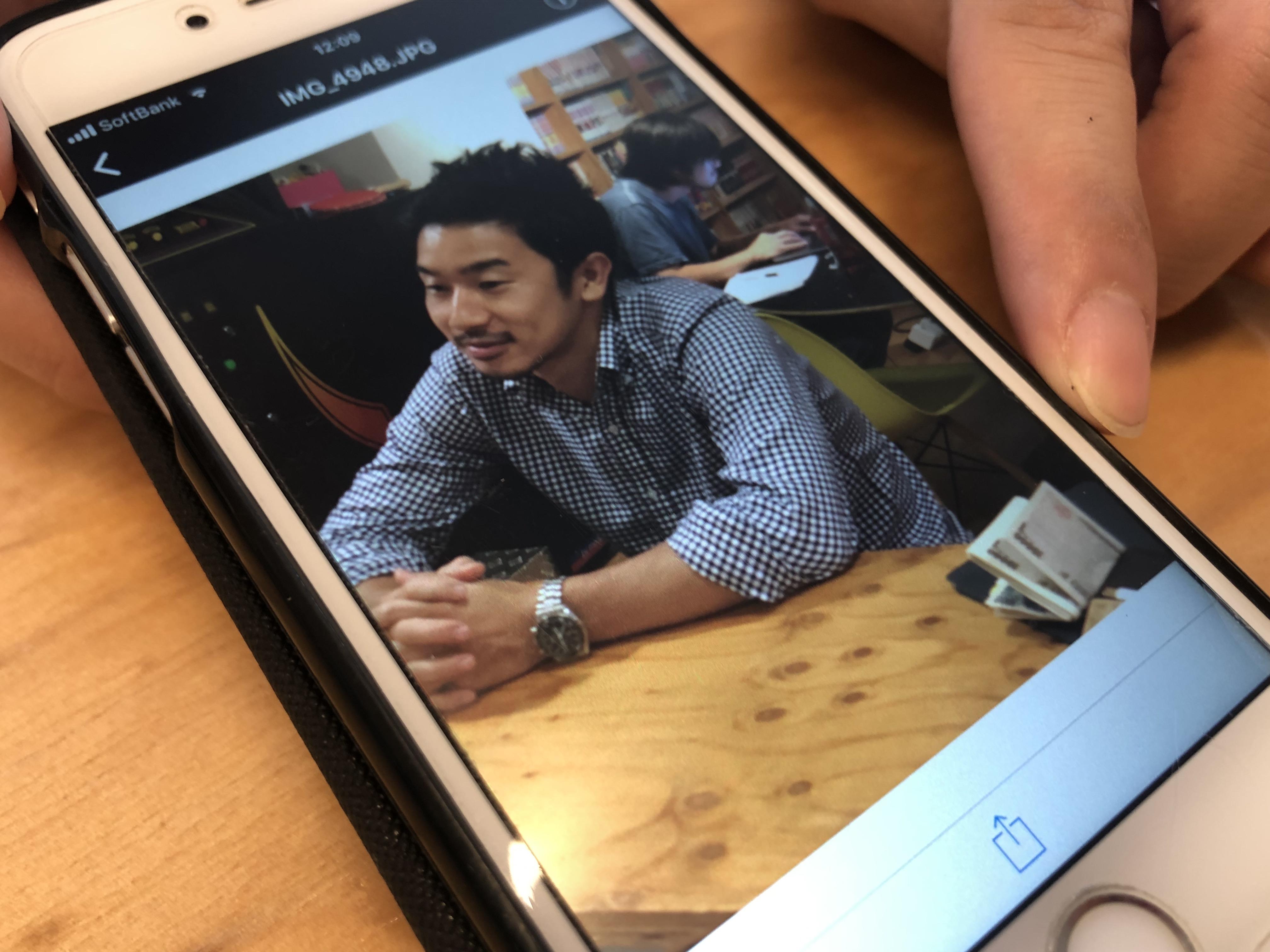 札束の見える財布をテーブルの脇に置くまことの写真