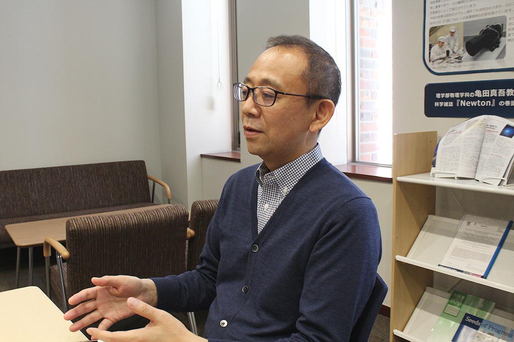 インタビューに応える三浦敦さんのカット2