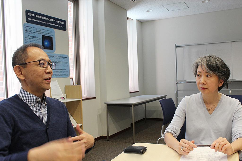 睡眠について語る三浦敦さん、鍛治恵さんのインタビューカット1