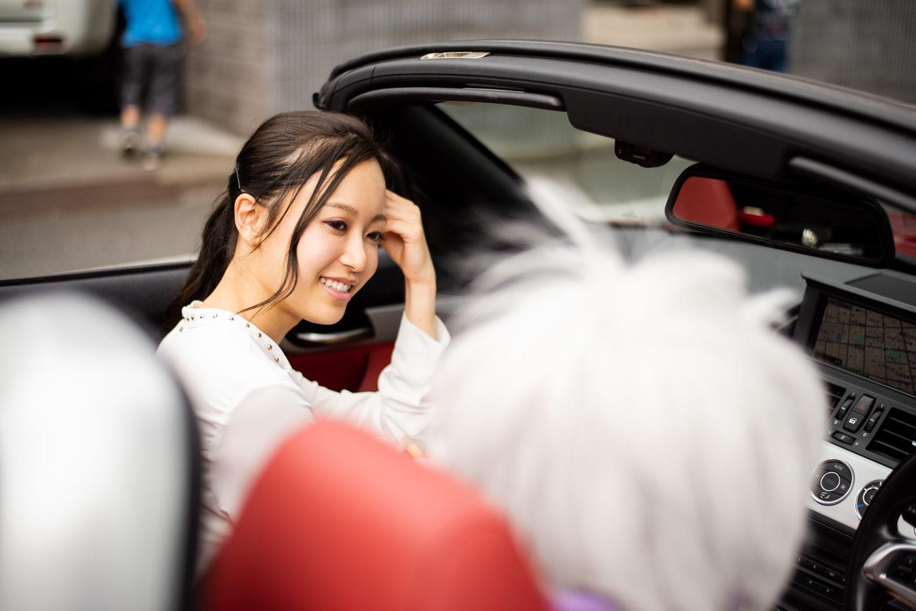 車の中で雑談をする二人