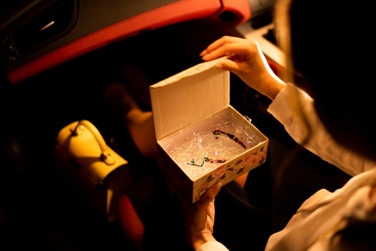 プレゼントの箱を開ける彼女