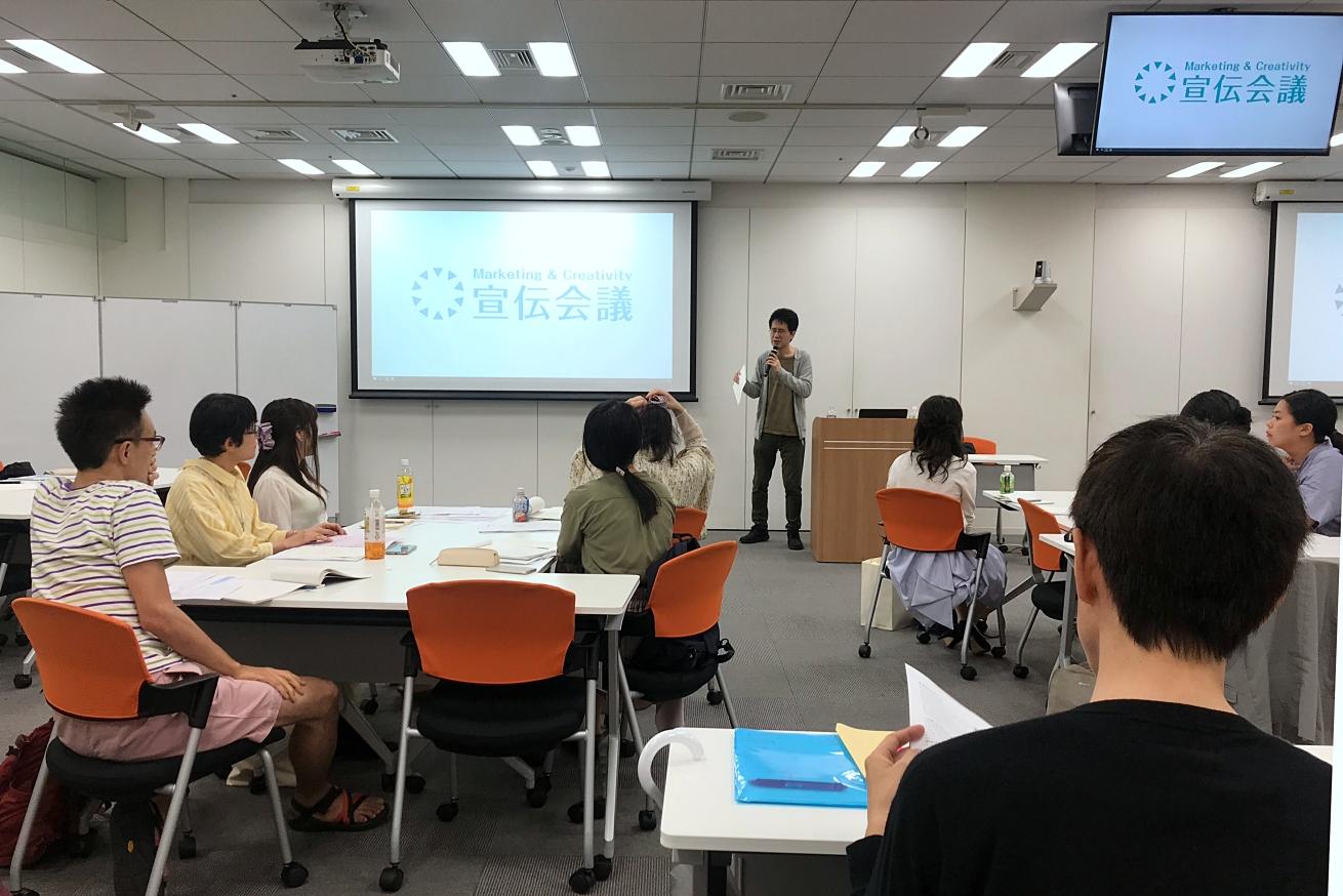 宣伝会議「編集・ライター養成講座 即戦力コース 米光クラス」の授業風景。米光一成さんが教えているところ。