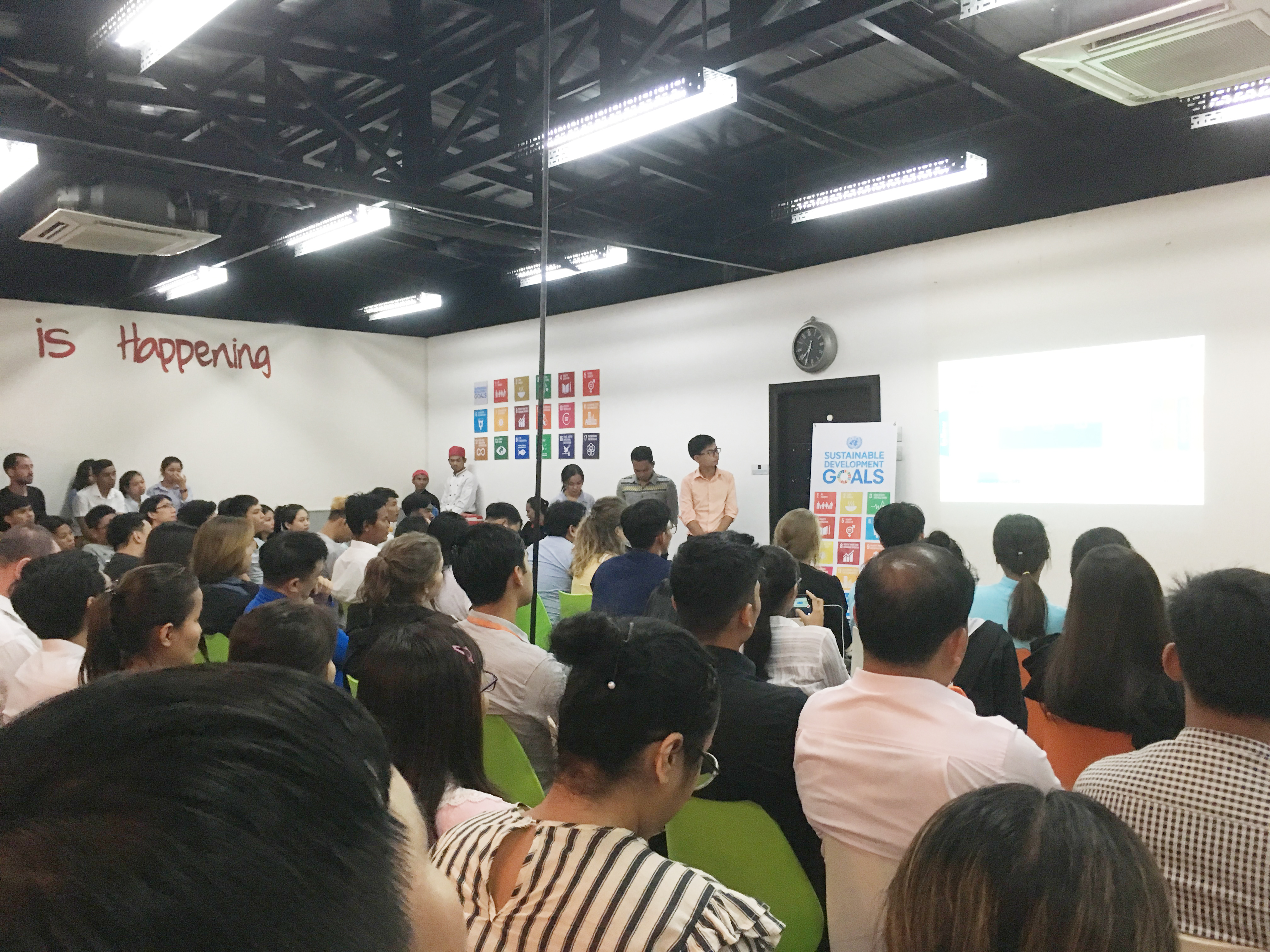 IMPACT HUB Phnom Penhで開催された、SDGsに関係する事業アイデアのピッチコンテスト。