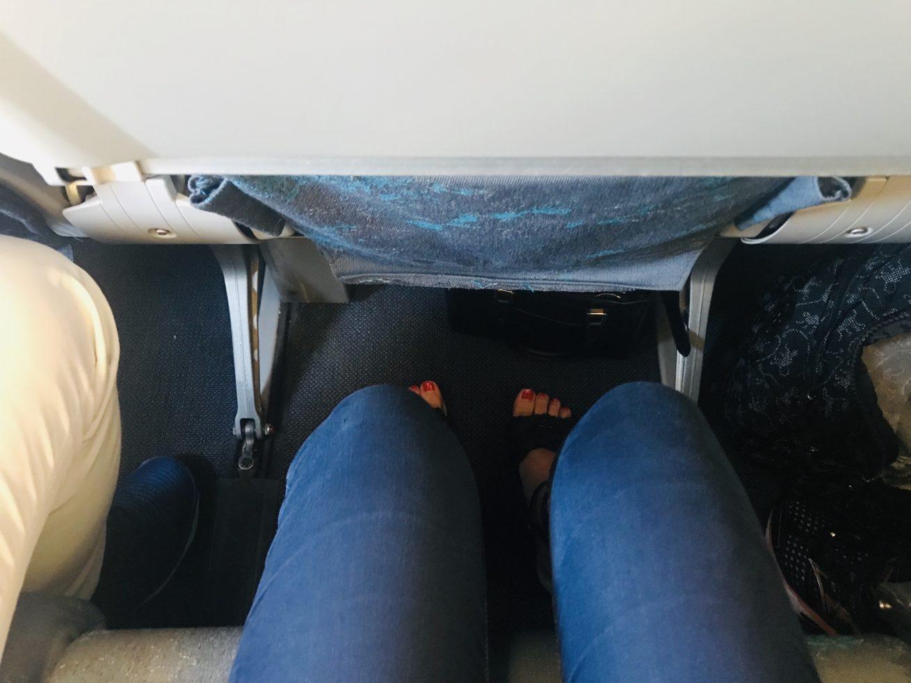 機内座席足元
