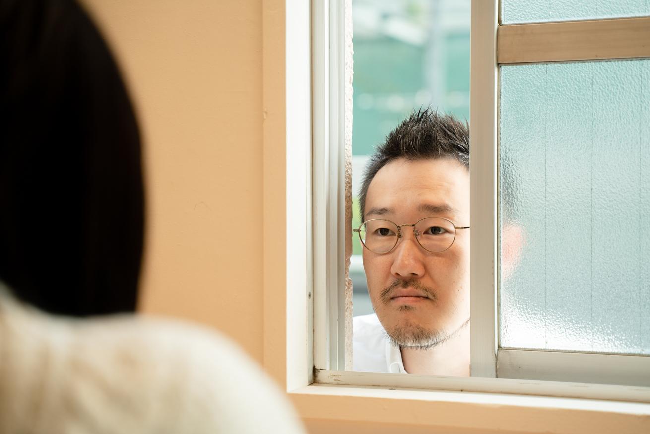 窓の外から顔を出す観音