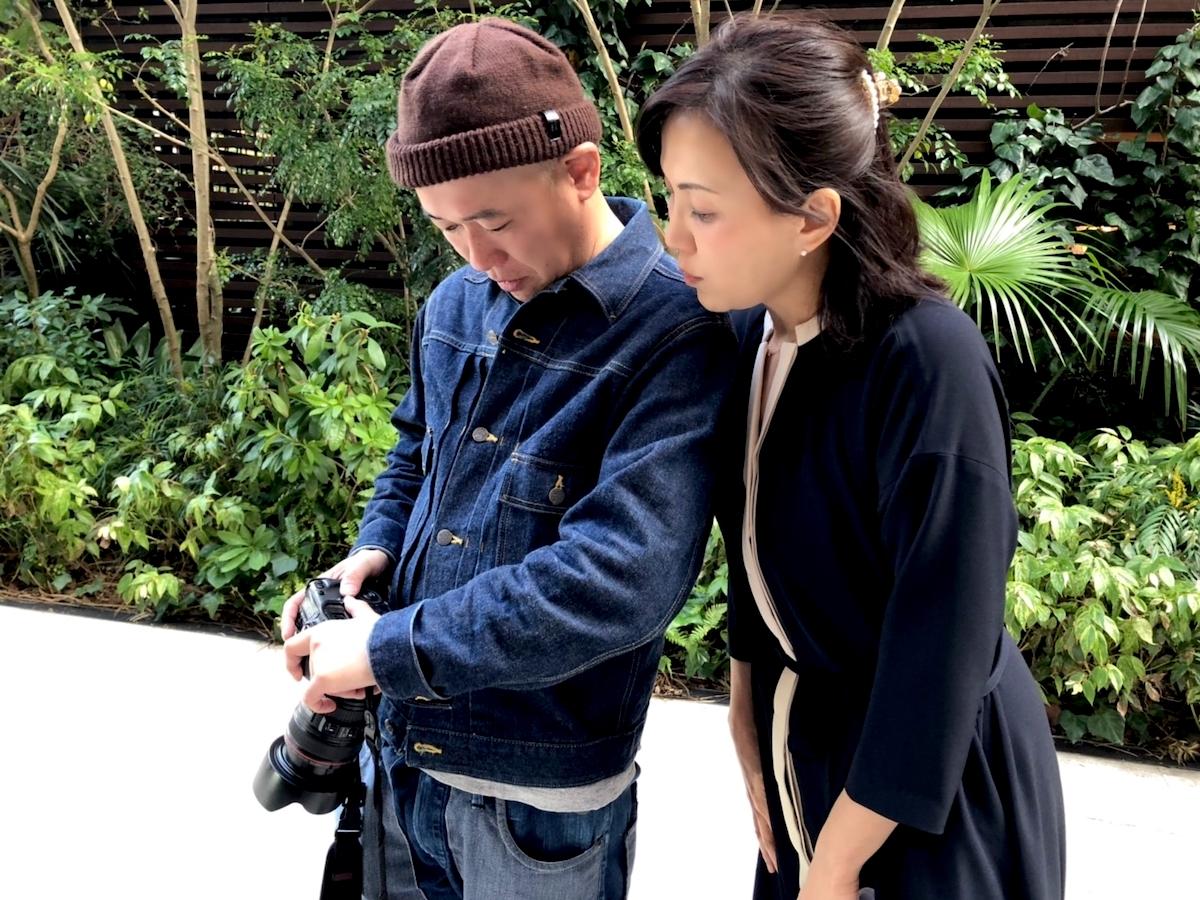カメラマンの木村琢也さんと写真のチェックをするLIG編集者の平林享子