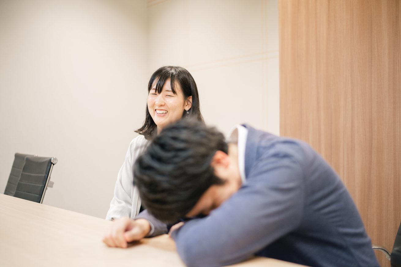 机にうつ伏せになっているバンビと笑っている吉野さん