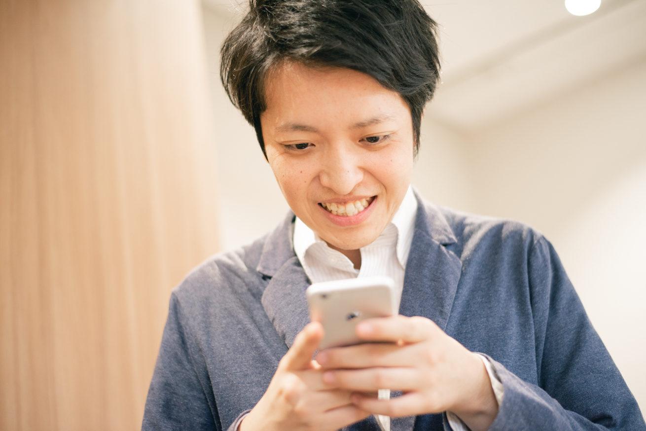 携帯の画面を見ながら嬉しそうな表情をするバンビ