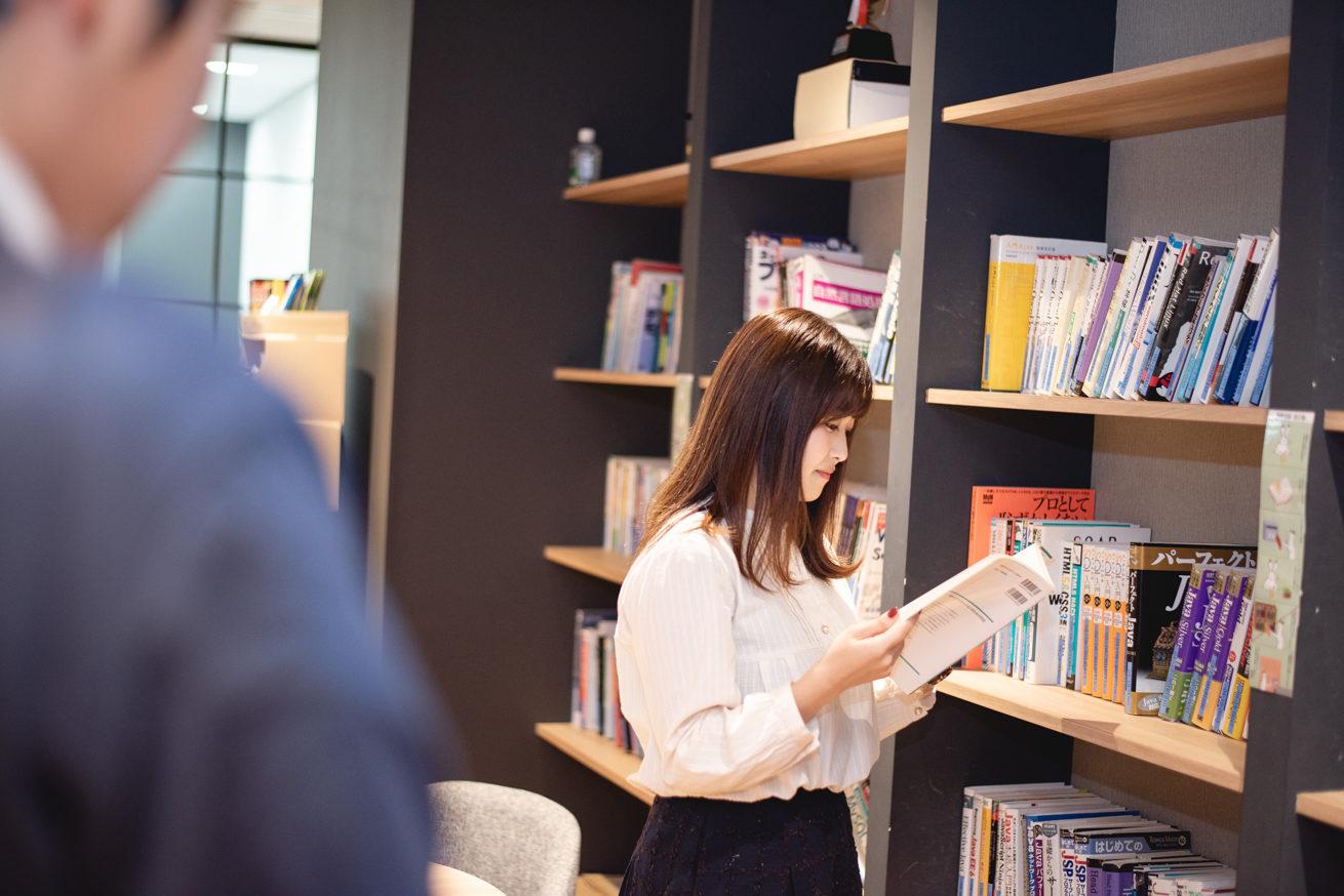 本を読んでいる廣瀬さん