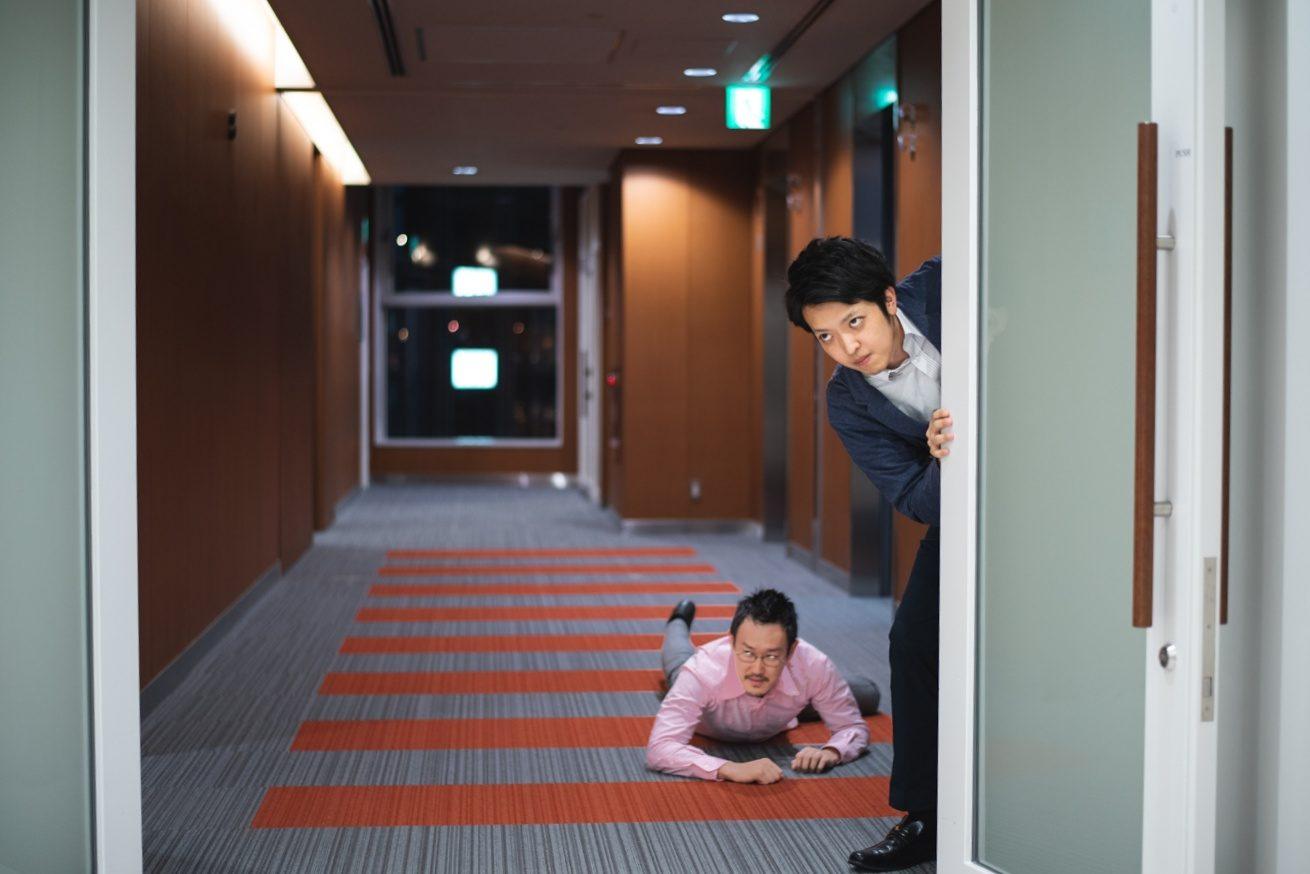 オフィスへ潜入しようとする観音とバンビ
