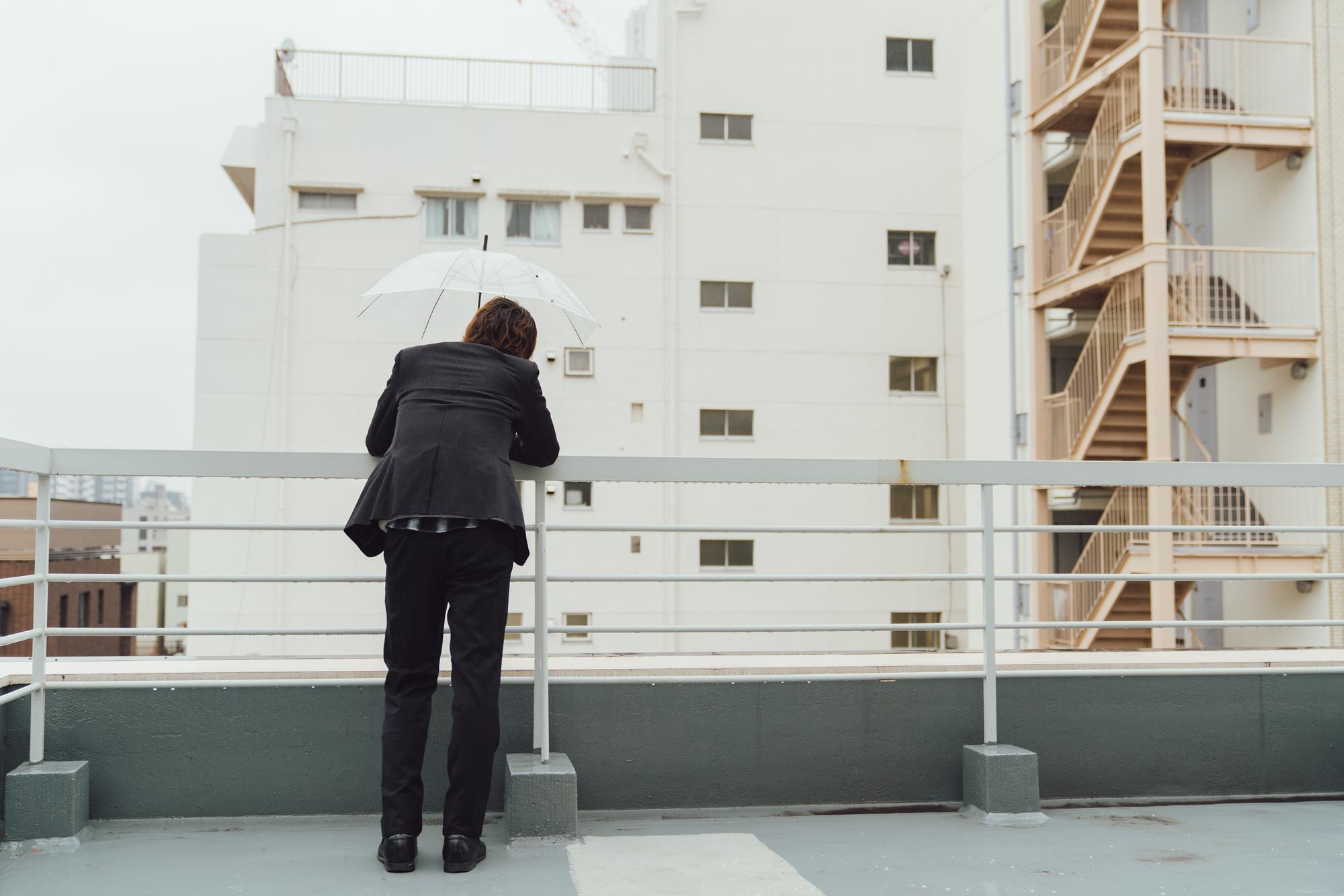 屋上でたそがれる男性