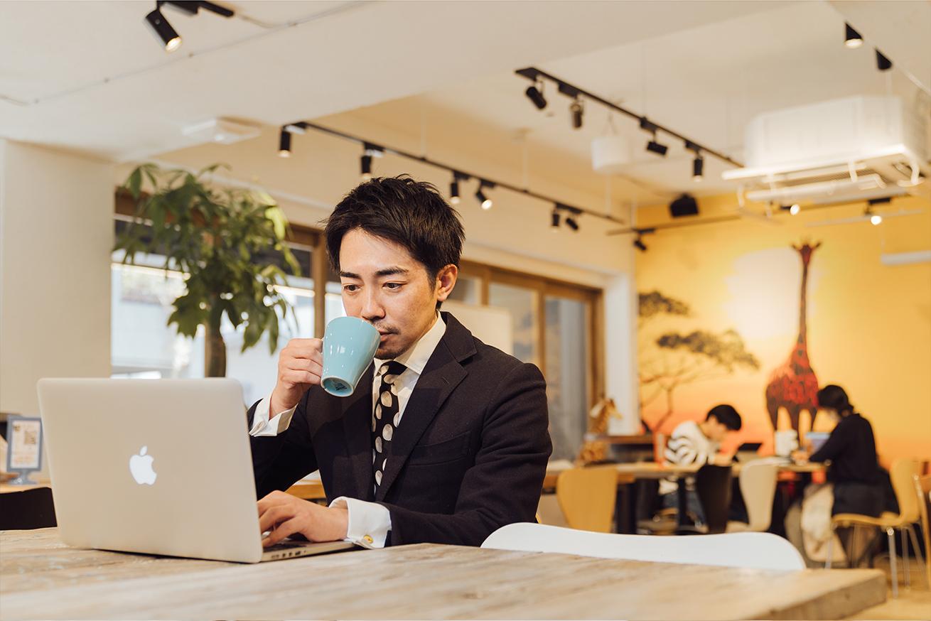 いいオフィス上野で一人作業をする男性