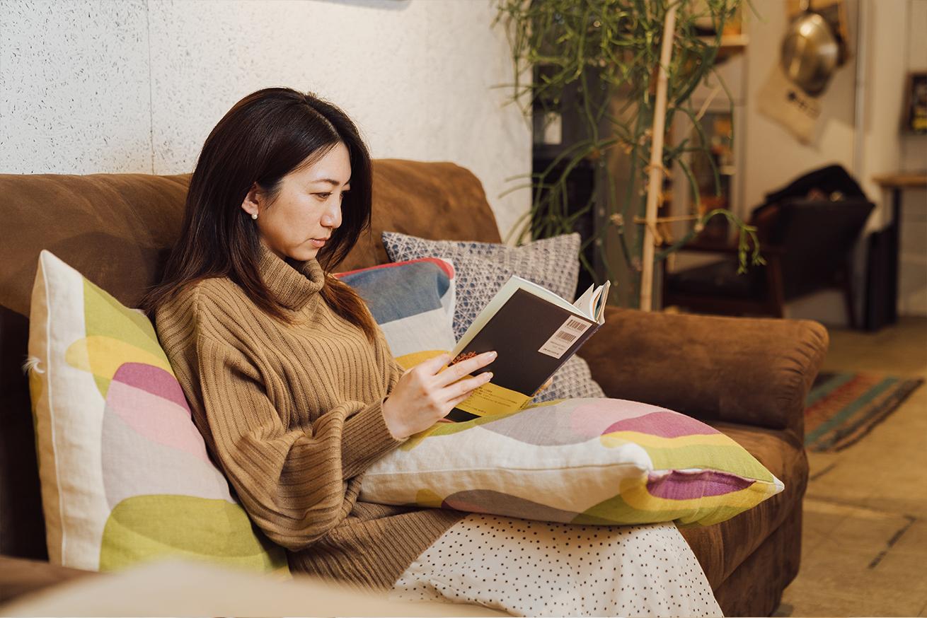 いいオフィス上野のソファでくつろぐ女性
