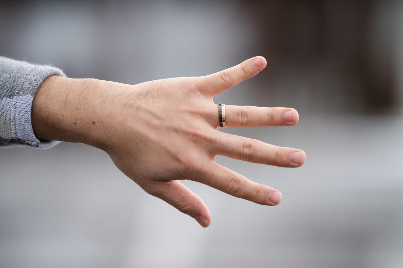 手と結婚指輪